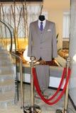 Серый костюм человека с голубой связью и белая рубашка на манекене Стоковая Фотография