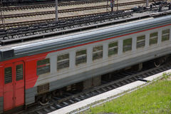 Серый красный летний день транспорта железной дороги поезда Стоковая Фотография RF