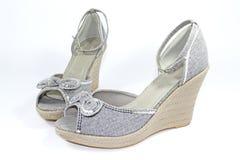 серый накрененный клин ботинок стоковое изображение