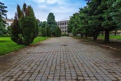 Серый путь к серому зданию Стоковое Изображение