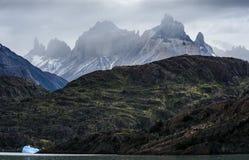 Серый серый цвет lago озера, Torres del Paine, Патагония, Чили Стоковые Изображения RF