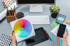 Серый стол с компьтер-книжкой, блокнотом с чистым листом, баком цветка, грифелем и таблеткой для ретушировать Стоковая Фотография RF