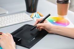 Серый стол с компьтер-книжкой, блокнотом с чистым листом, баком цветка, грифелем и таблеткой для ретушировать Стоковое Изображение RF