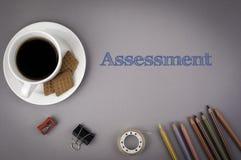 Серый стол офиса с надписью - оценка стоковое фото rf