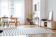 Серый стул в живущей комнате Стоковые Фотографии RF