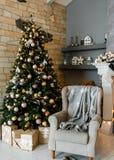 Серый стул около рождественской елки стоковые изображения rf
