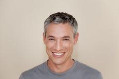 серый с волосами усмехаться человека Стоковое Изображение
