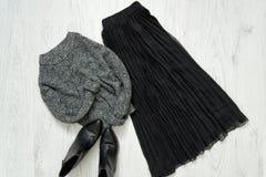 Серый теплый свитер, черная юбка и ботинки модная концепция Стоковые Изображения RF