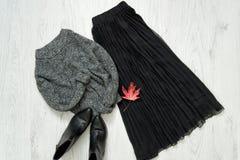 Серый теплый свитер, черная юбка и ботинки модная концепция Стоковая Фотография