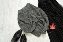 Серый теплый свитер, черная юбка и ботинки модная концепция Стоковая Фотография RF