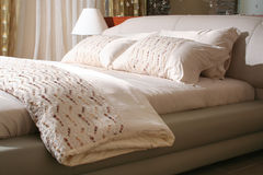 серый цвет кровати стоковое фото
