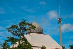 Серый цвет мечети против голубого неба лета Sandakan, Борнео, Сабах, Малайзия Стоковая Фотография RF