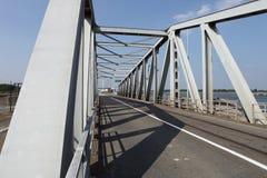 серый цвет моста над рекой Стоковое Изображение