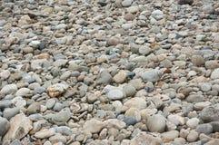 Серый цвет мостить округленный размыванием реки на бывшем русле реки стоковые фотографии rf
