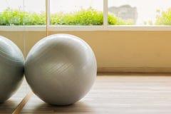 Серый шарик в фитнесе Стоковое Изображение
