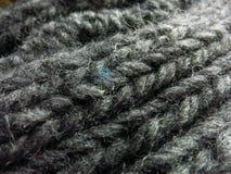 Серый шарф шерстей с одной заплатой сини Стоковые Фотографии RF
