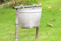 Серый ящик на зеленом поле Стоковое Изображение
