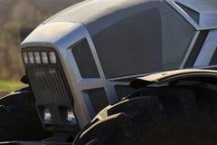 серый bonnet металла трактора и большого колеса Стоковые Изображения RF