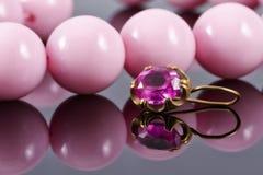 Серьга золота с рубиновыми и большими розовыми шариками Стоковые Фотографии RF