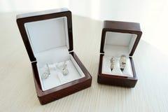 Серьги невесты и 2 золотистых обручального кольца Стоковое Изображение