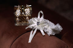 Серьги подвязки и золота невесты свадьбы Стоковое Фото