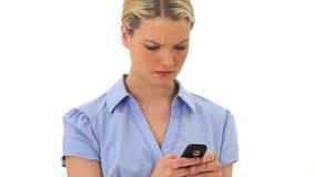 Серьезная белокурая женщина посылая текст сток-видео