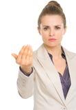 Серьезная бизнес-леди вызывая с жестом рукой Стоковая Фотография