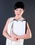Серьезная бизнес-леди с пробелом над темной предпосылкой Стоковое Фото