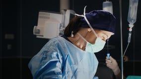 Серьезная деятельность в темной хирургической комнате сток-видео