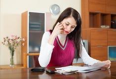 Серьезная девушка брюнет с деньгами и документом стоковое фото rf