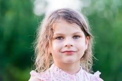 Серьезная девушка Милая маленькая девочка смотря камеру Стоковые Фото