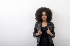 Серьезная женщина с афро стилем причёсок Стоковые Изображения