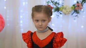 Серьезная маленькая девочка в красном платье акции видеоматериалы