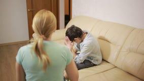Серьезная мать читая лекцию unpleased подросток в доме сток-видео