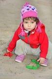 Серьезная маленькая девочка играя на спортивной площадке. Стоковая Фотография