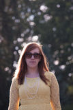 Серьезная молодая женщина снаружи Стоковые Изображения RF