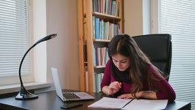 Серьезная молодая женщина смотря на документах сток-видео