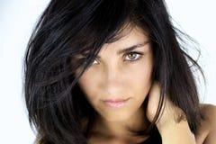 Серьезная молодая женщина смотря с зелеными глазами Стоковая Фотография RF