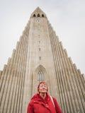 Серьезная старшая женщина перед церковью hallgrimskirkja, Rey Стоковые Фотографии RF