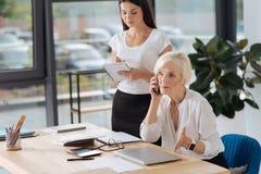 Серьезная умная женщина имея телефонный разговор Стоковая Фотография