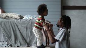 Серьезное африканское воспитание отца его сын малыша акции видеоматериалы