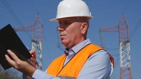 Серьезное и уверенное изображение инженера пишет в повестке дня стоковые фото