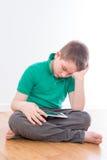 Серьезное мужское чтение ребенк на его планшете Стоковое Изображение RF