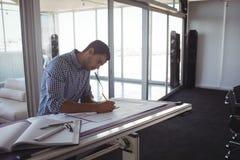 Серьезное планирование дизайнера по интерьеру на бумаге Стоковые Изображения