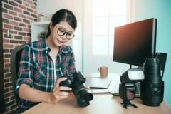 Серьезно женское фото дела делая женщину Стоковые Изображения RF