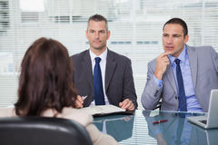 Серьезные бизнесмены имея интервью стоковое фото rf