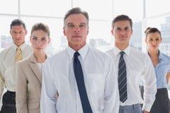 Серьезные бизнесмены стоя совместно Стоковые Изображения