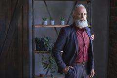 Серьезные бородатые выбывают распологать в комнату стоковые фото