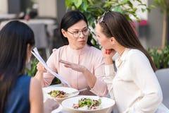 Серьезные девушки говоря в кафе Стоковое Изображение RF