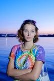 Серьезные женщины в красочной рубашке представляя на заходе солнца Стоковое Фото